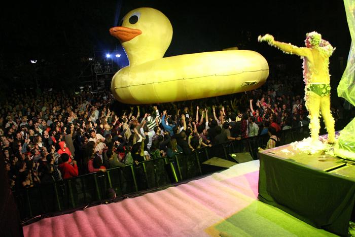 Leo Bassi e o seu pato de goma