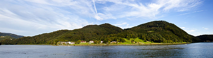 vista dende a vila de Grein da outra ribeira do Danubio.