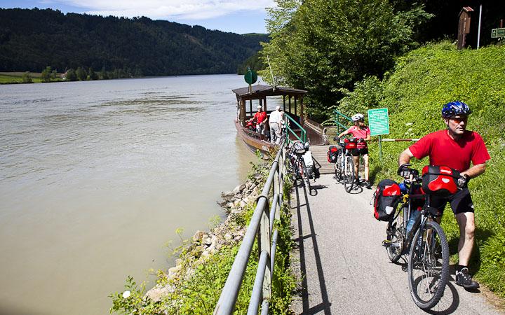 Un dos moitos ferrys que permiten cruzar o  Danubio, Austria.