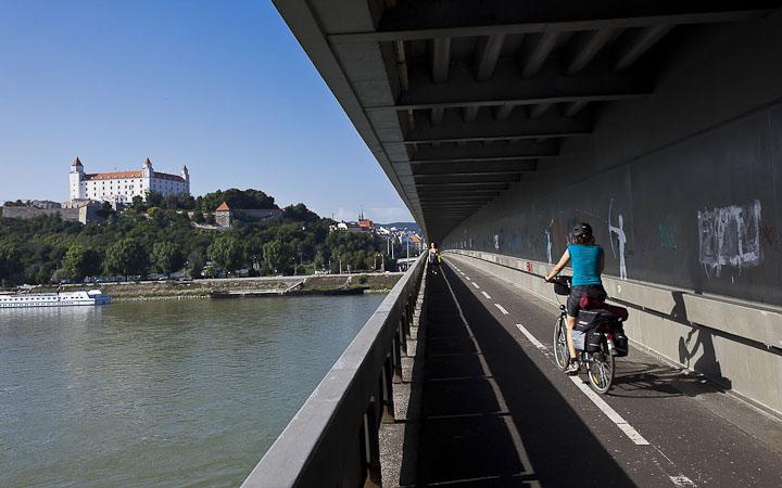 Cruzando o Danubio en Bratislava