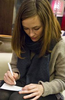 Mina Tindle cubrindo a súa disqueficha