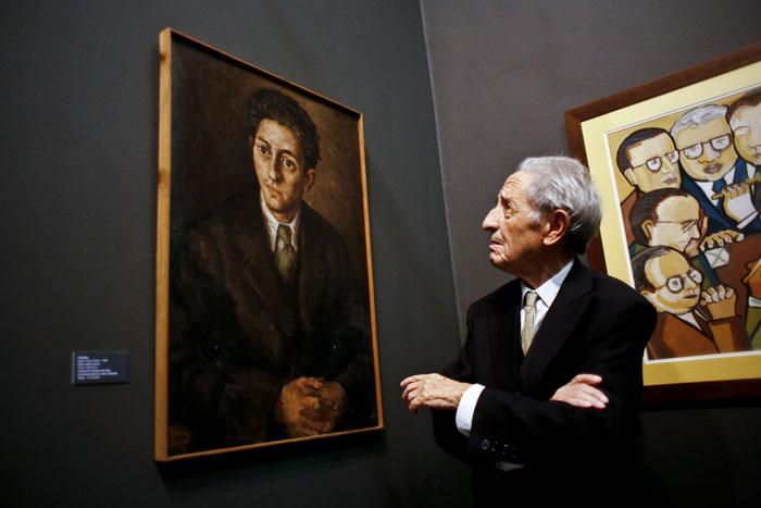 """Isaac Diaz Pardo observa un retrato seu feito por Laxeiro na exposicion """"De Vigo a Bos Aires"""" no Parlamento de Galicia"""