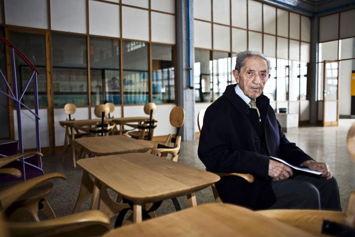 """Isaac Diaz Pardo no Instituto Galego de Informacion, nas """"Cadeiras Antropomórficas"""" deseñadas por el mesmo en 1958."""