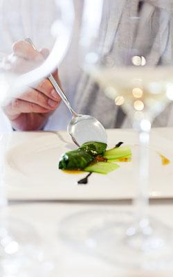 tártar de zamborca envolta en pack-choi, vinagreta cítrica e ovas de salmón. Silabario