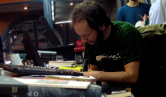 Arturo Enríquez asinando o seu libro