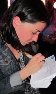 Sharon Van Etten cubrindo a súa disqueficha