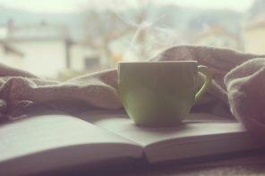 Unha lista de libros para ler con sofá, café e mantiña